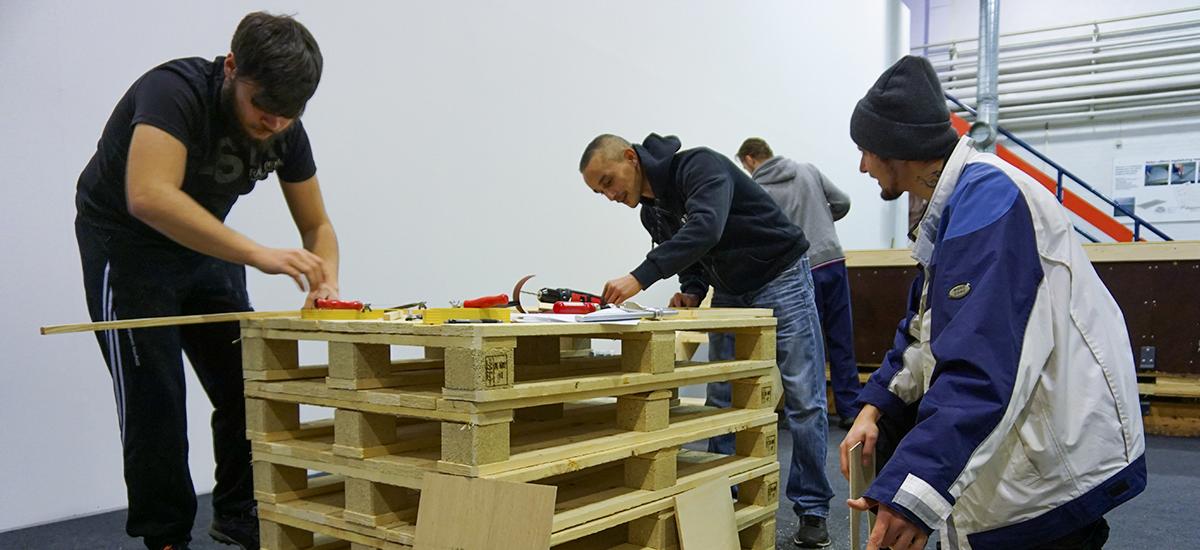 Traineerne samarbejder med et byggeprojekt