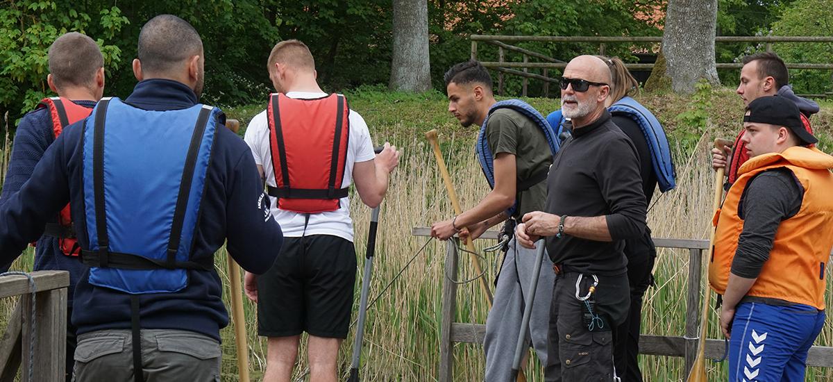 BS Christiansen giver Tagdækker Traineerne instruktioner inden de skal ud på kanotur